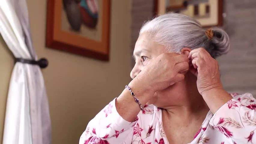The benefits of bone conduction headphones for the elderly